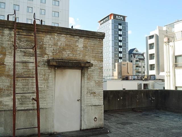 窓と配管│内装・インテリア(フロア別)│浅草の昭和初期の古いビル、撮影スタジオ 『lion Building